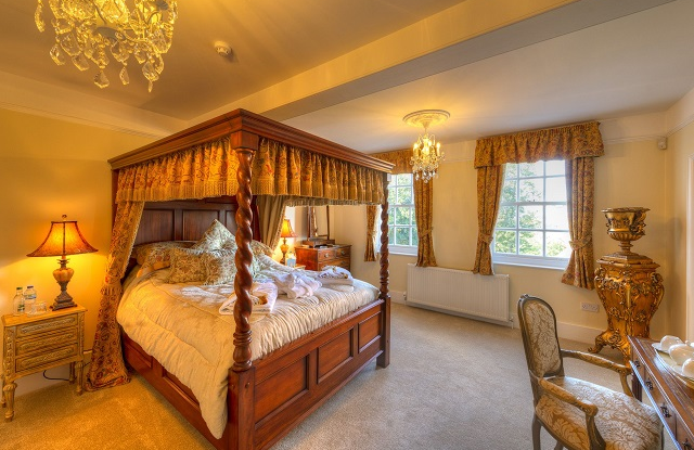 Amberley Suite has a barley twist 4 poster bed